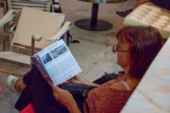 studování festivalového katalogu, foto Kateřina Vodrážková